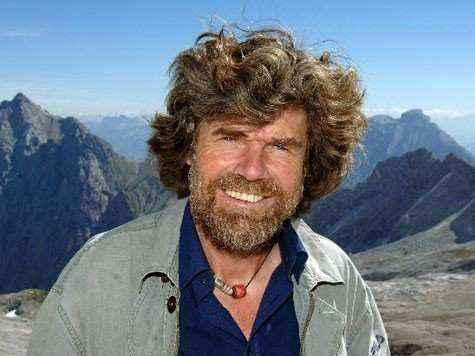 Messner với vòng cổ Đá Dzi kết hợp cùng San Hô Đỏ