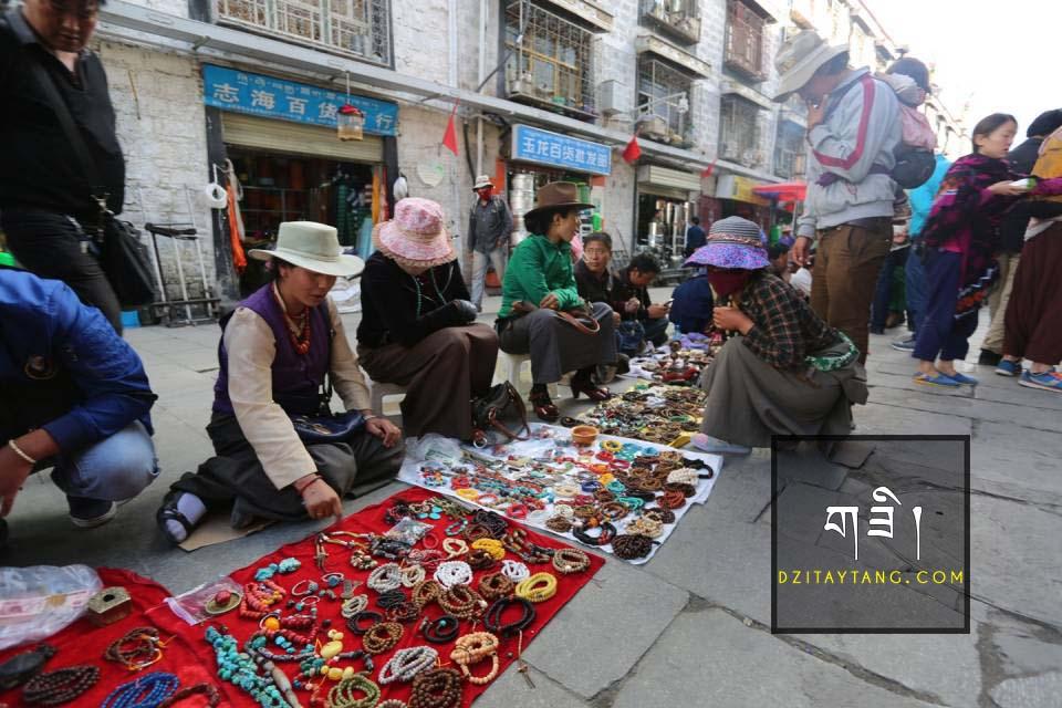 Các sạp hàng lưu niệm bày bán dzi ở Tây Tạng - Trung Quốc
