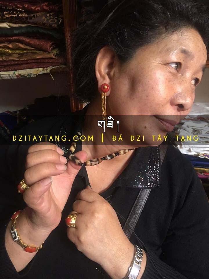 Đá Dzi trên Người một Phụ Nữ Tây Tạng giàu có